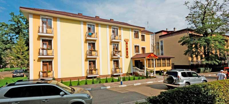 "Hotel ""Vivat"" w lecie"
